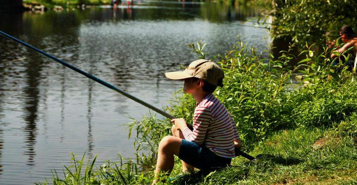 De eerste keer vissen langs de rivier