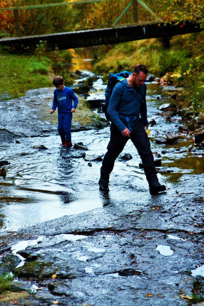 originele wandeling les 2 vallees rivier oversteken door water stappen