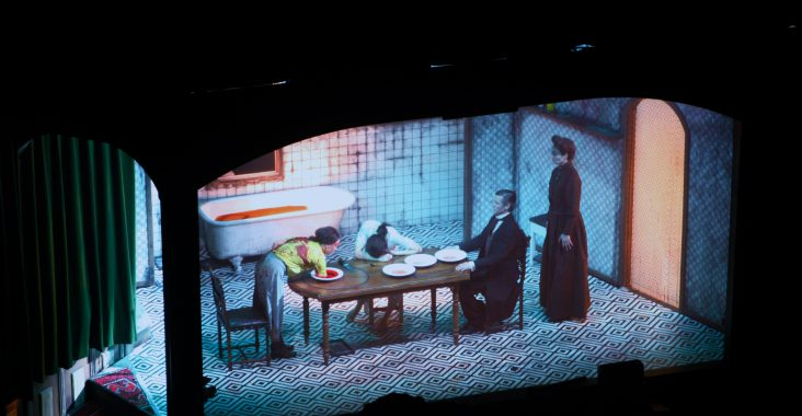 horrortheater 4 personen tafel bad met bloed
