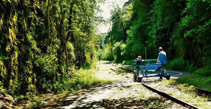 railbike spoorfietsen op de trainrails door het bos