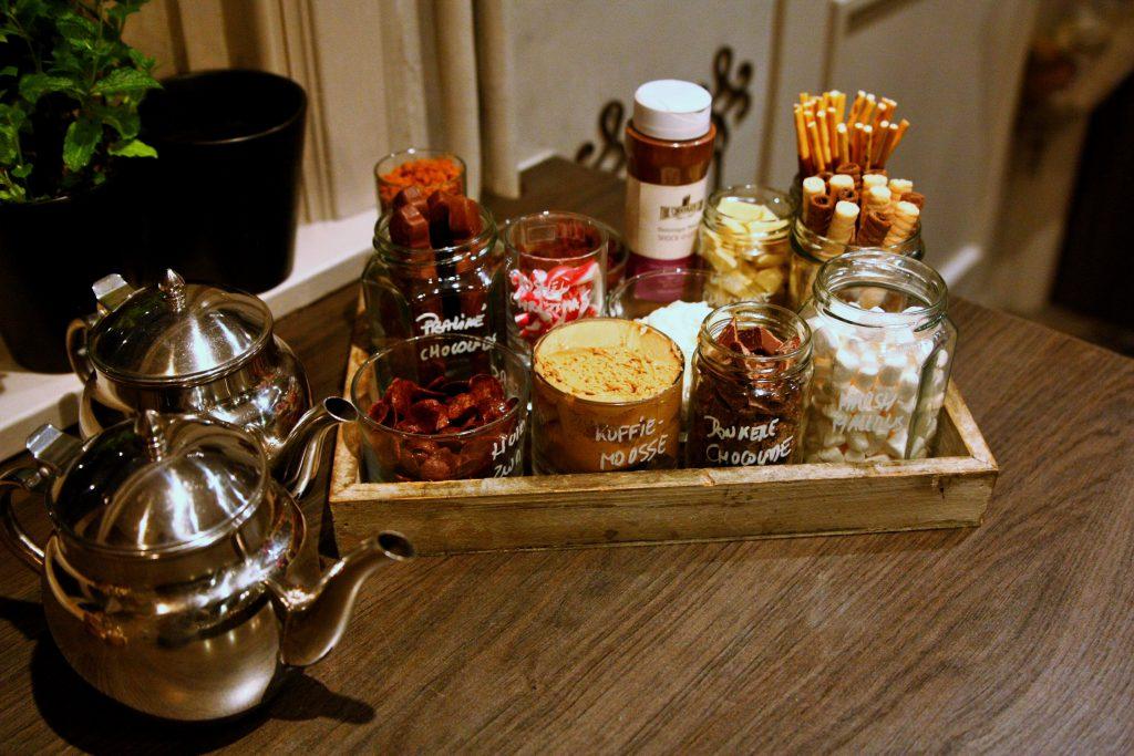 cholademelk met toppings koffiemousse donkere chocolade marshmallows praline chocolade chocos cornflakes