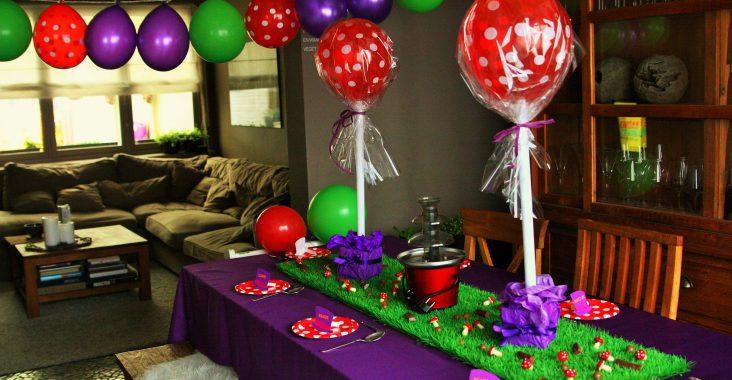 willy wonka origineel verjaardagsfeest tafeldecoratie gras balonnen lolly chocoladefontein