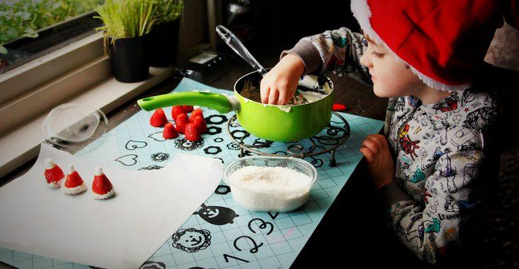 aardbeien met chocolade kerstmis kerstmuts