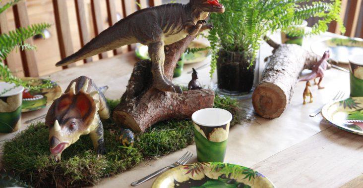tafeldecoratie dinofeest bordjes bekertjes triceratops T-rex velociraptor verjaardagsfeest