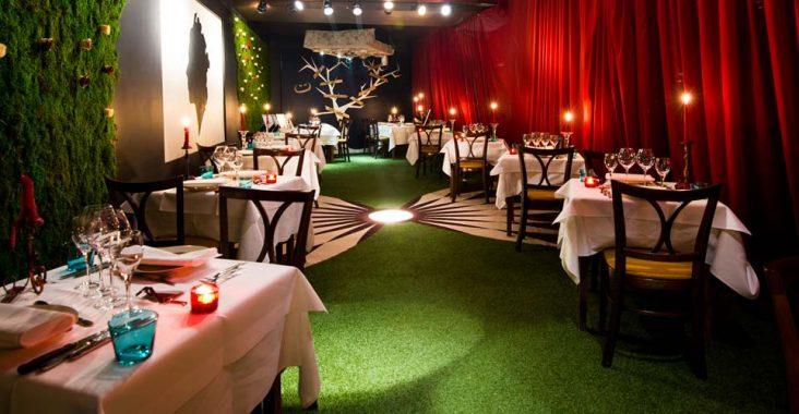 origineel restaurant le theme alice in wonderland overzicdht aankleding tafeldecoratie