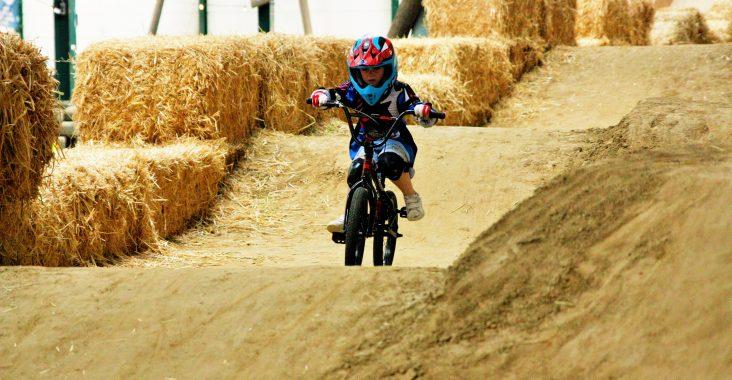 BMX voor kinderen op het BMX parcours de vroemfabriek