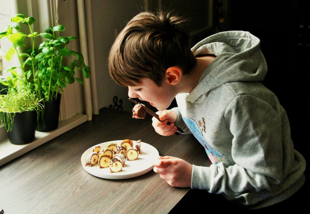 food for kids snacks healty vieruurtje tienuurtje kinderen brooddoos koken met kids banaansushi sushi bananas